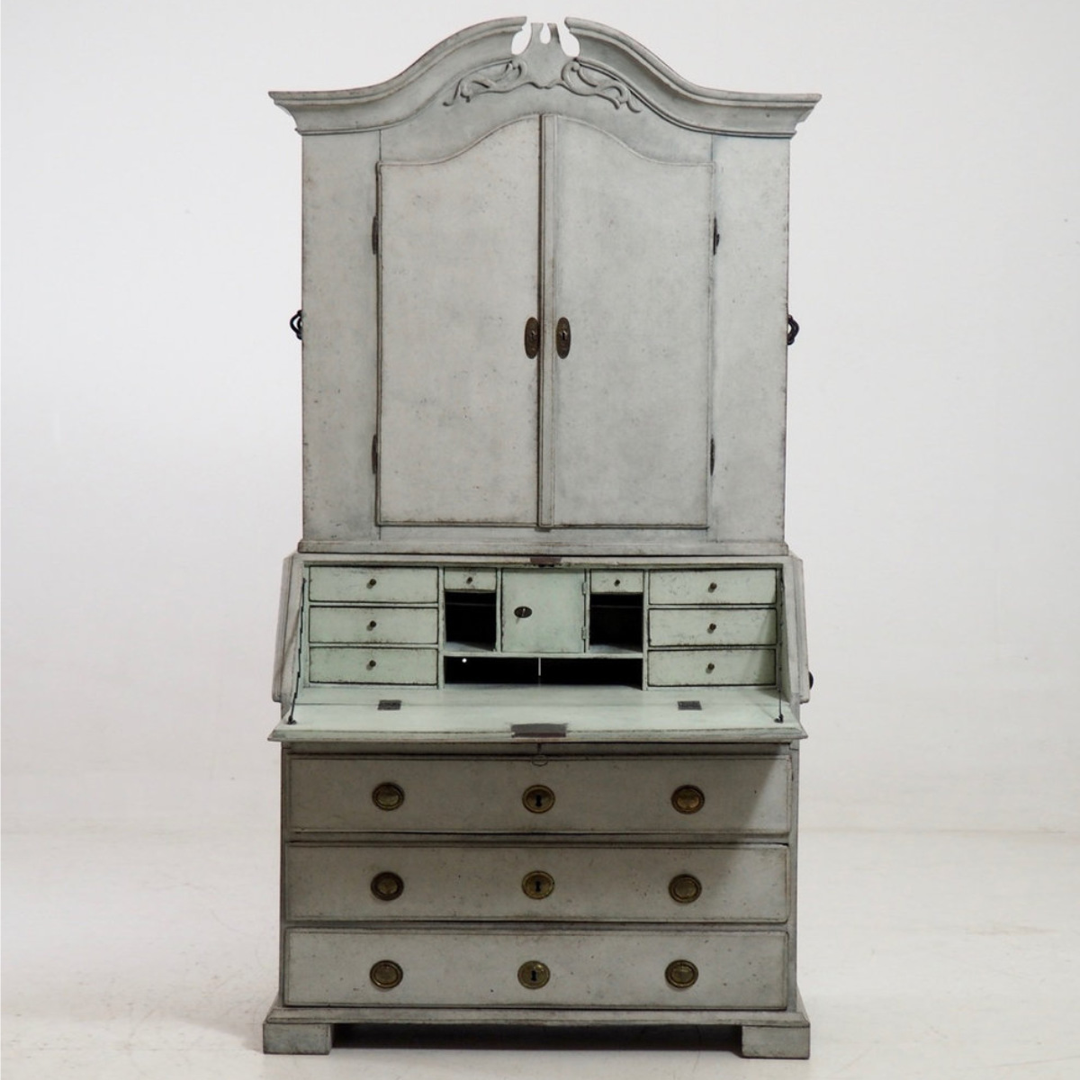 Fine two-part bureau, circa 1780. - € 3.000