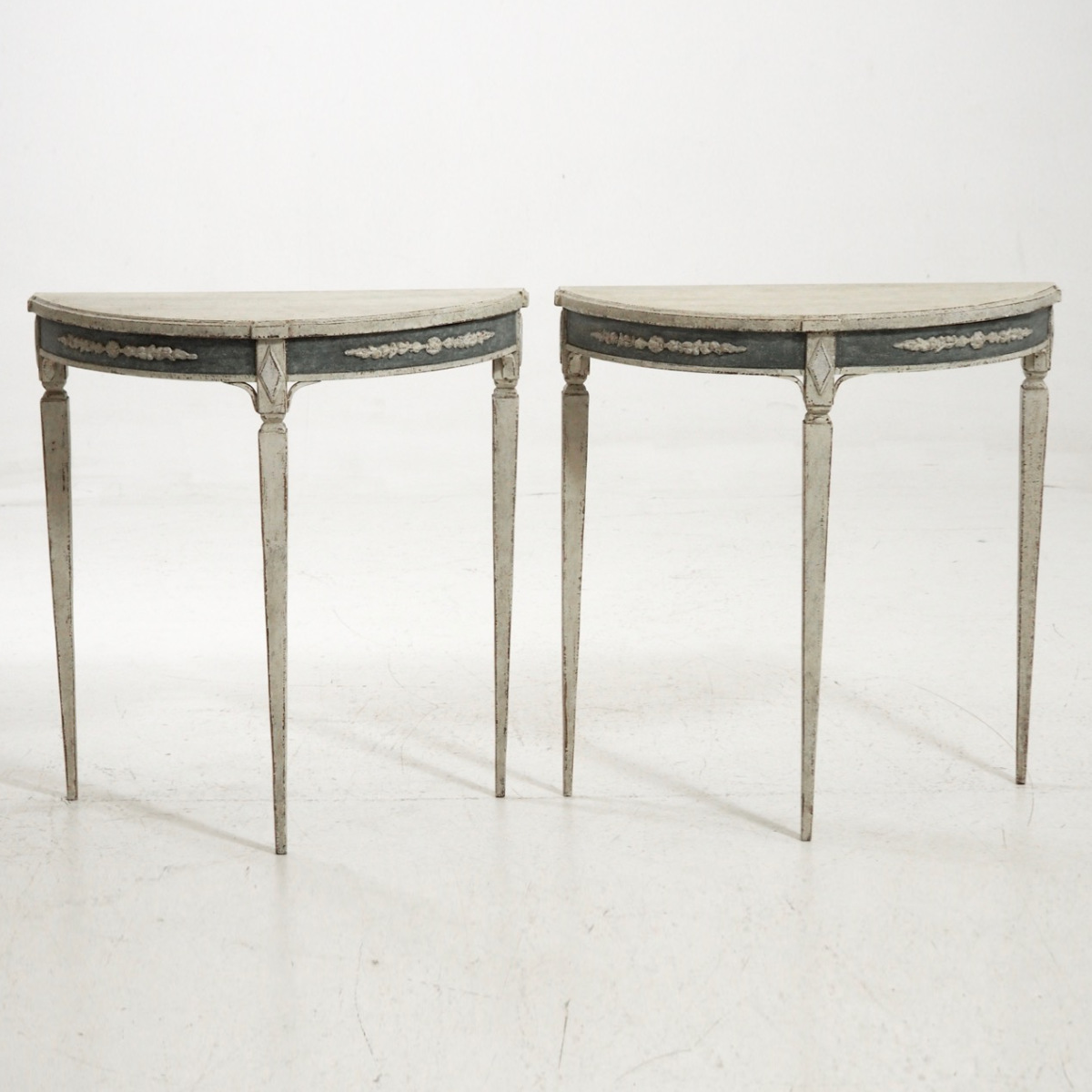 Swedish demi-lune tables, 19th C. - € 2.000