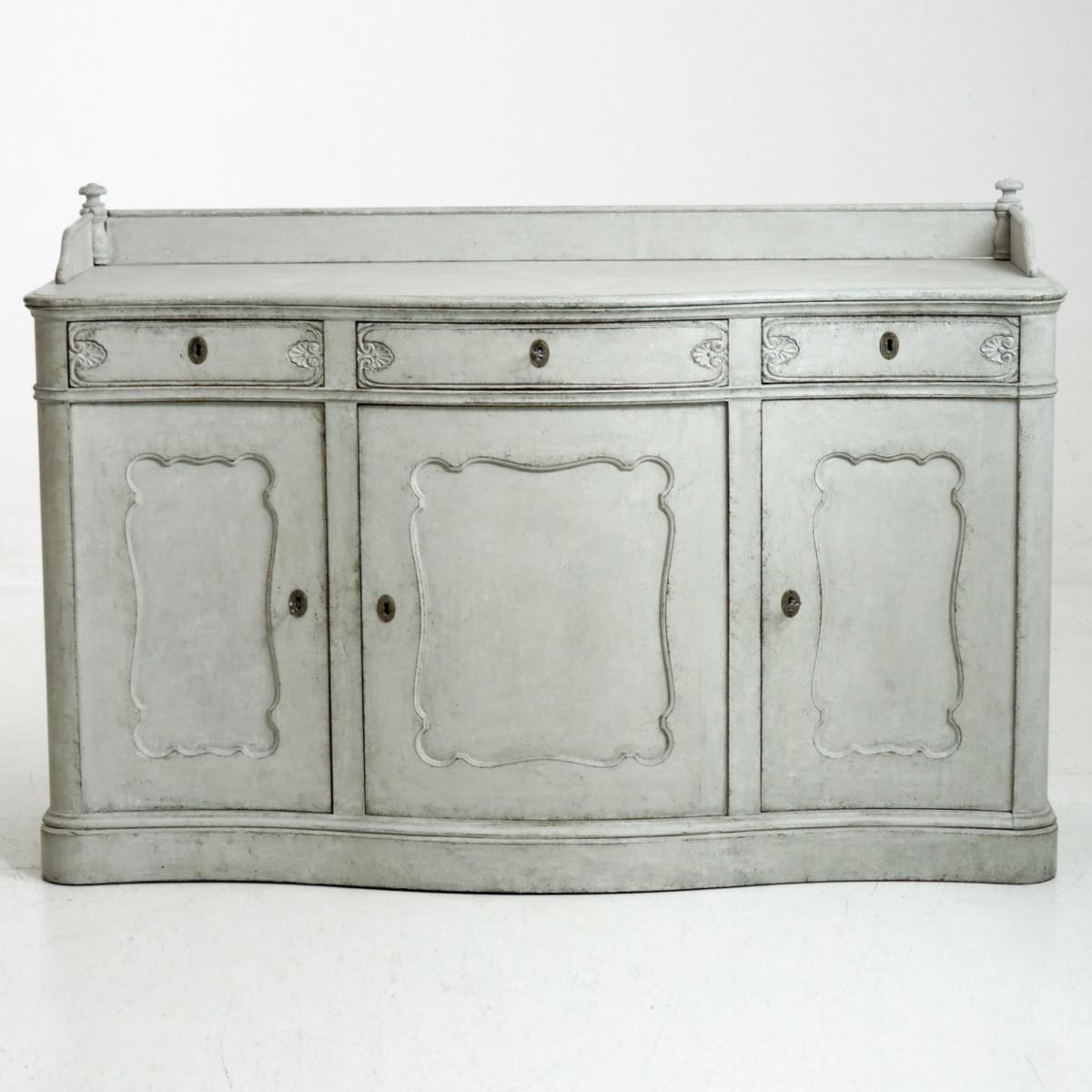 Fine serpentine sideboard, circa 1840. - € 1.900