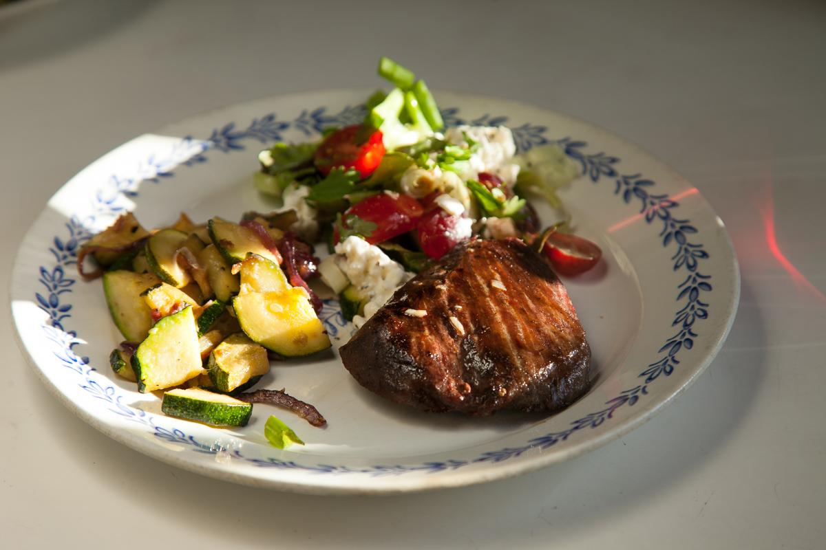 kesäkurpitsa strutsipihvi salaatti