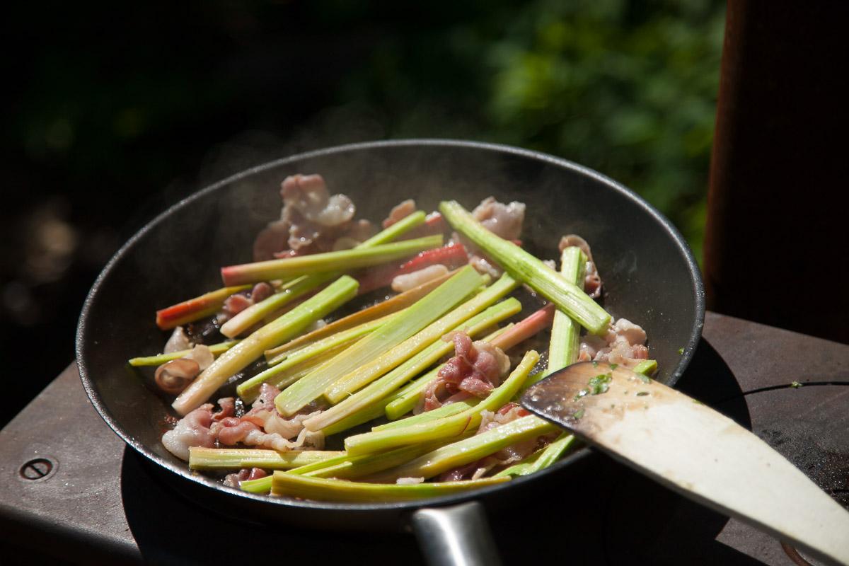 Pekoniraparperi paistos ruokablogi kesäruokaa