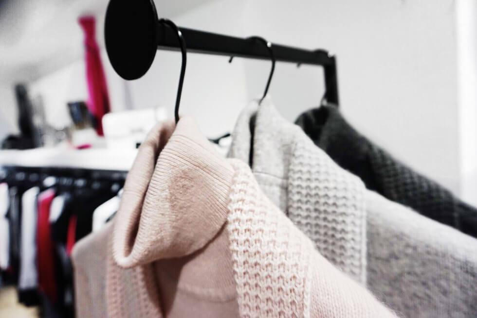 CASHMERE - Wij kunnen er geen genoeg van krijgen en daarom is het ook 'de musthave' voor dit seizoen, cashmere! In alle kleuren en modellen. Een verwen moment voor de huid en luxe door zijn eenvoud.