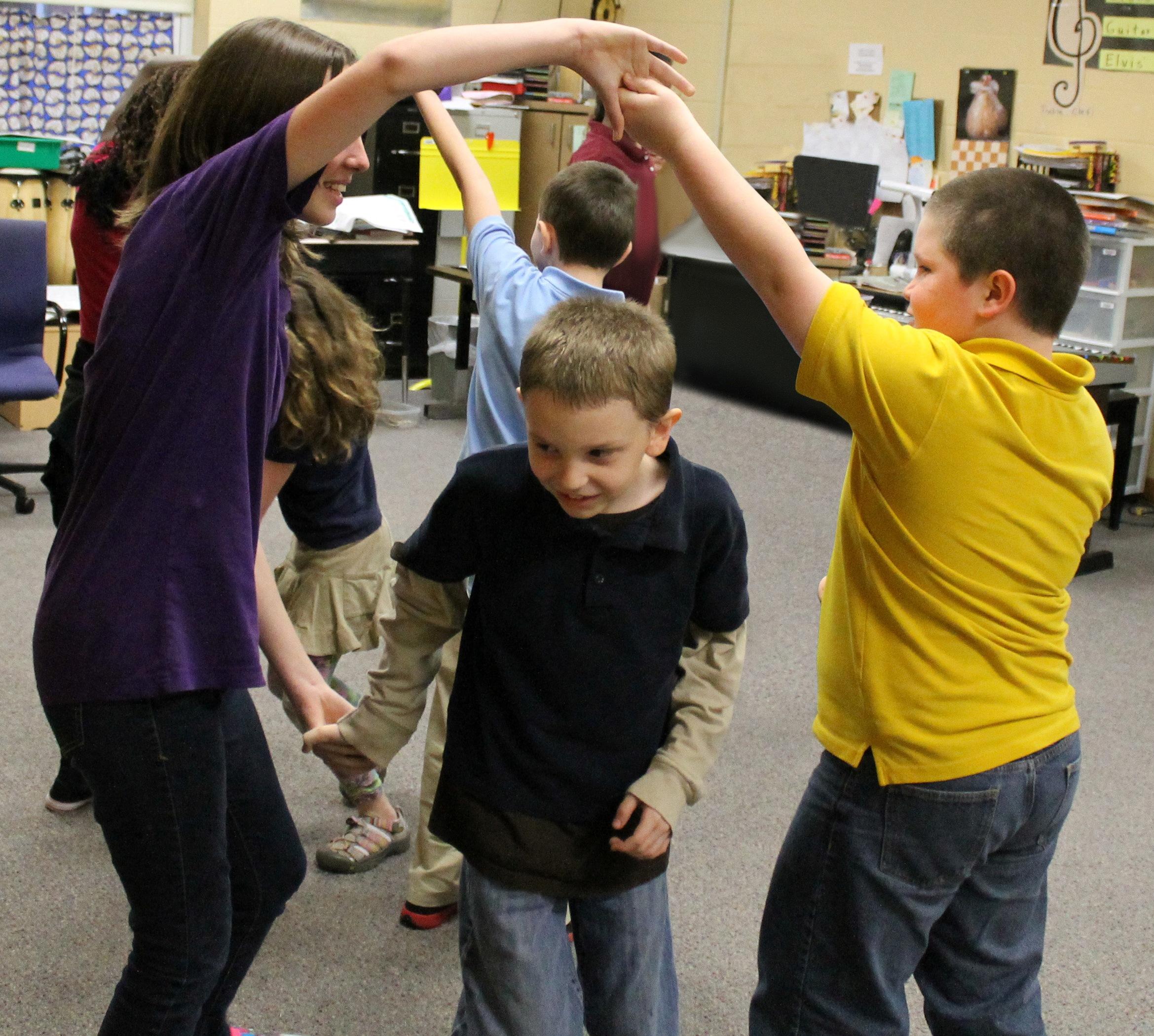 3 kids folk dance