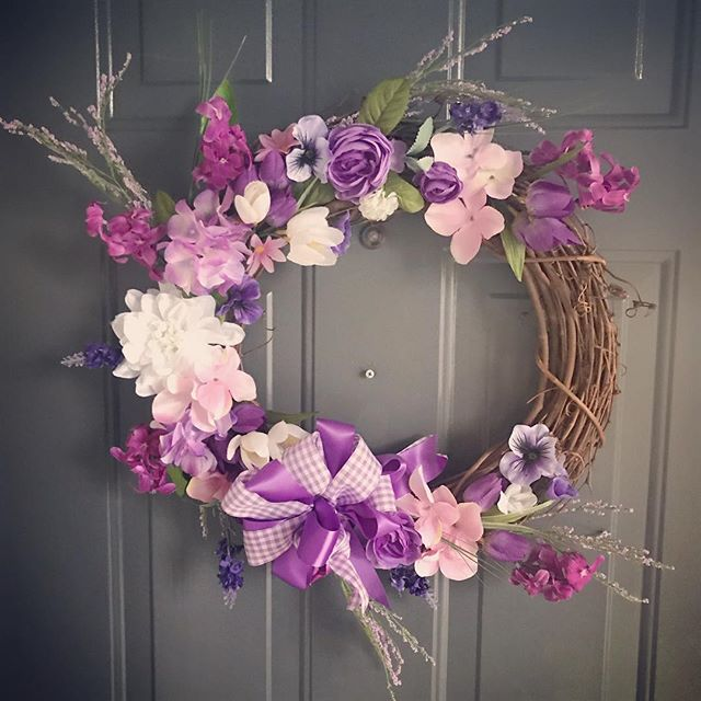 Spring into #spring! #springwreath #purple #purpleflowers #purpletheme #wreath #wreaths #wreathmaking #lovewhatido #lhbdesigns @lhbdesigns 💜