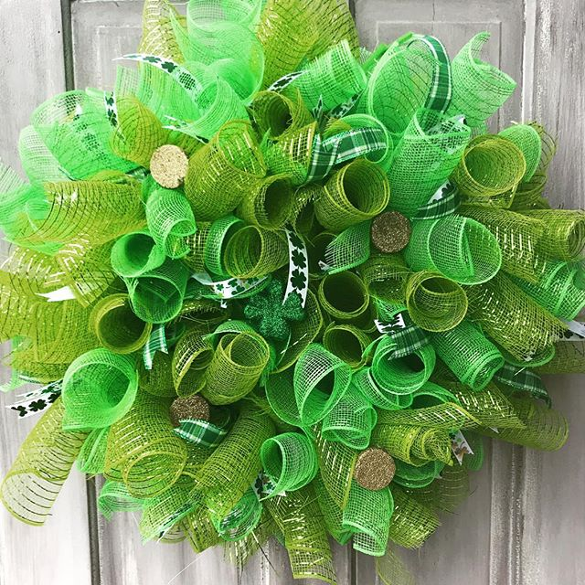 It's March?! On to the next holiday! #stpatricksday #stpattysday #luckoftheirish🍀 #wreath #doordecor #mesh #lhbdesigns @lhbdesigns