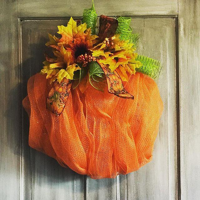#fall is finally here! #wreath #wreaths #falldecor #doordecor #wreathlove #wirewreath @lhbdesigns 🍂🍁