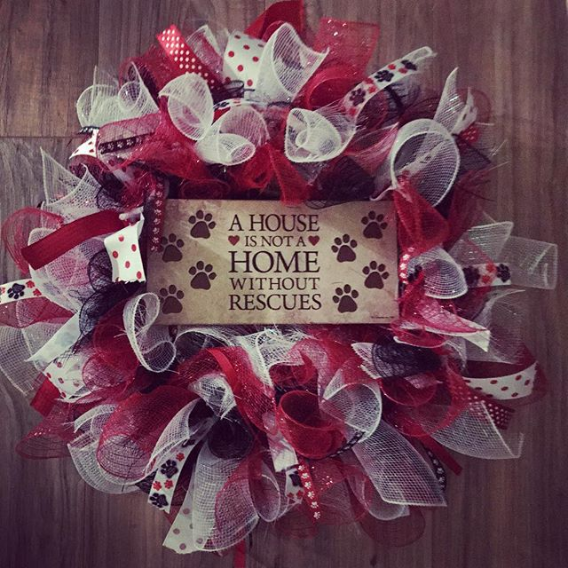 #animallove #rescue #adop #ahouseisnotahomewithoutrescues #wreath @lhbdesigns