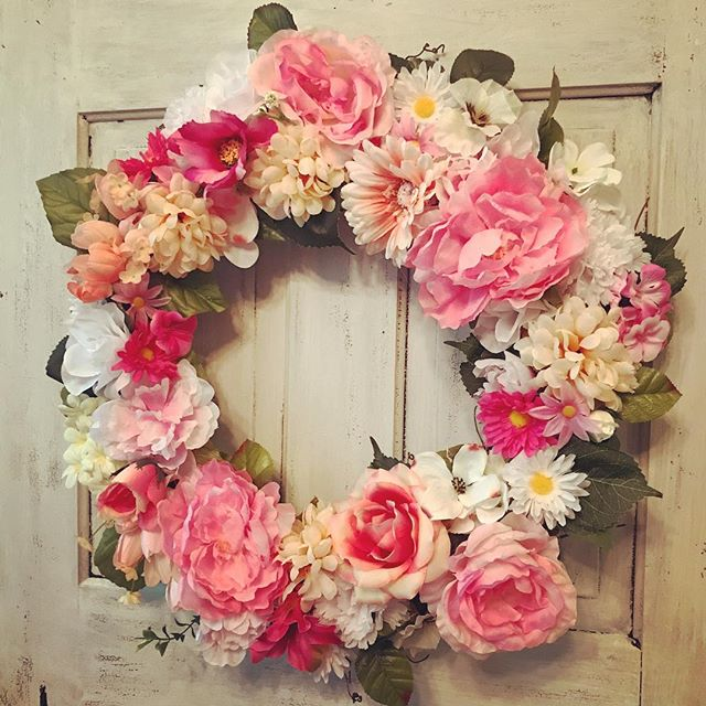 A good #springwreath but the #pink never goes out of style! #grapevine #wreath #wreaths #wreathmaking #homeideas #frontdoor @lhbdesigns 🌸