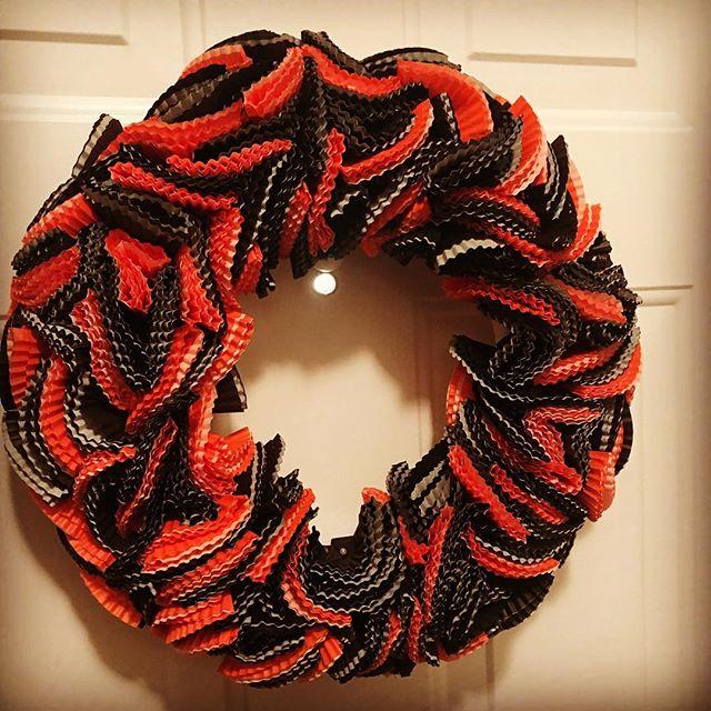Such a fun #wreath to make! @lhbdesigns #halloween 👻 or is it #orioles⚾️? #wreaths #doordecor #etsy #frontdoor #instadecor #handmade #homedecor #makeahouseahome