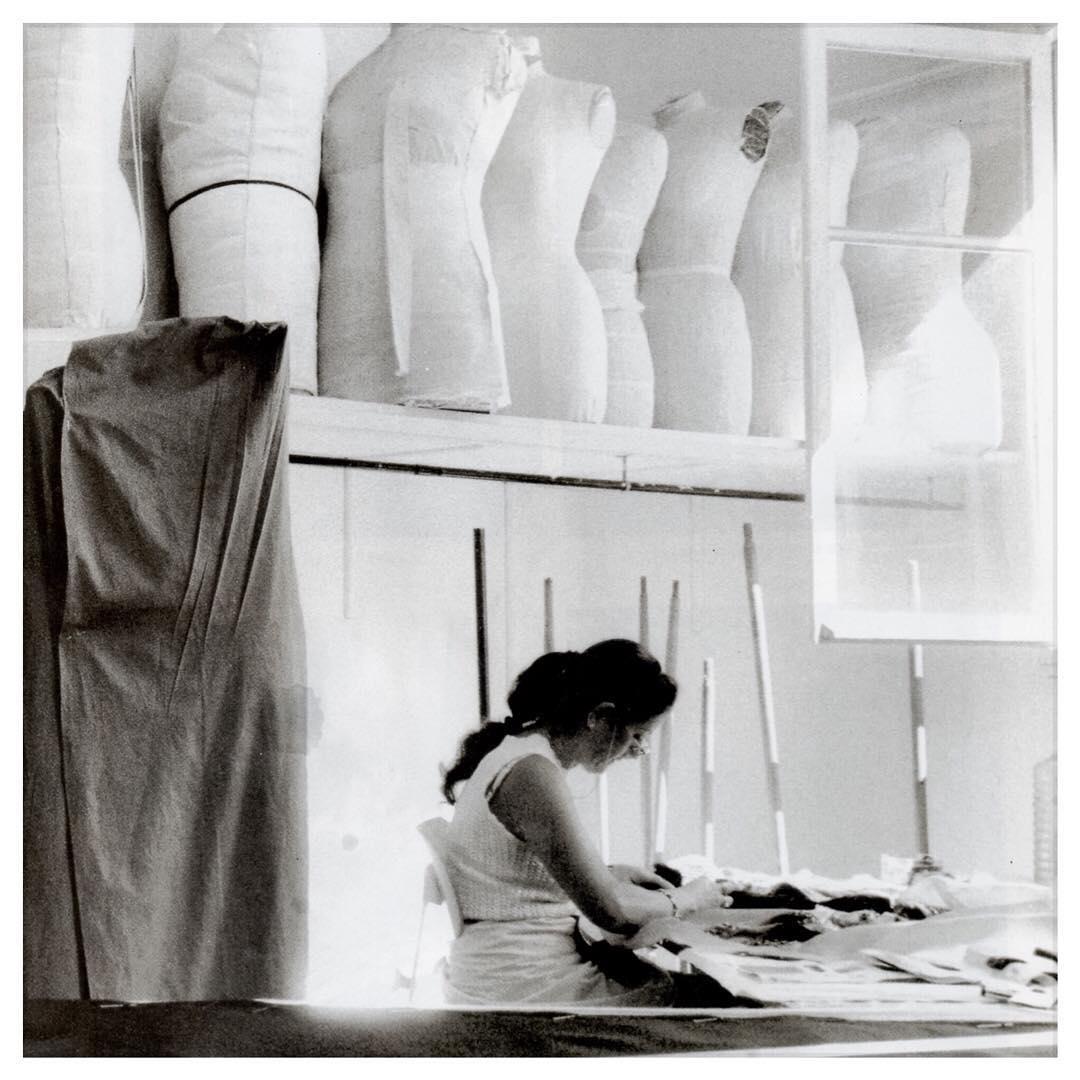 L'artisanat - La priorité de Camille est de proposer des vêtements d'une qualité irréprochable. C'est pourquoi la production de nos modèles repose sur le savoir-faire des meilleurs ateliers de Paris et d'ateliers spécialisés à l'étranger.Nous sommes persuadés que la clé d'un vêtement réussi réside également dans le respect des ouvriers qui ont participé à son élaboration. C'est pourquoi vous pouvez être assurée que chaque main qui a collaboré à la création du vêtement que vous portez a été rémunérée de façon juste et digne et a travaillé dans le respect des droits humains avec une cadence de travail régulée.En d'autres termes, nous prenons le contrepied des grandes enseignes textiles en proposant une mode à la fois sociale, responsable et d'une qualité artisanale digne des plus grandes maisons de haute couture.