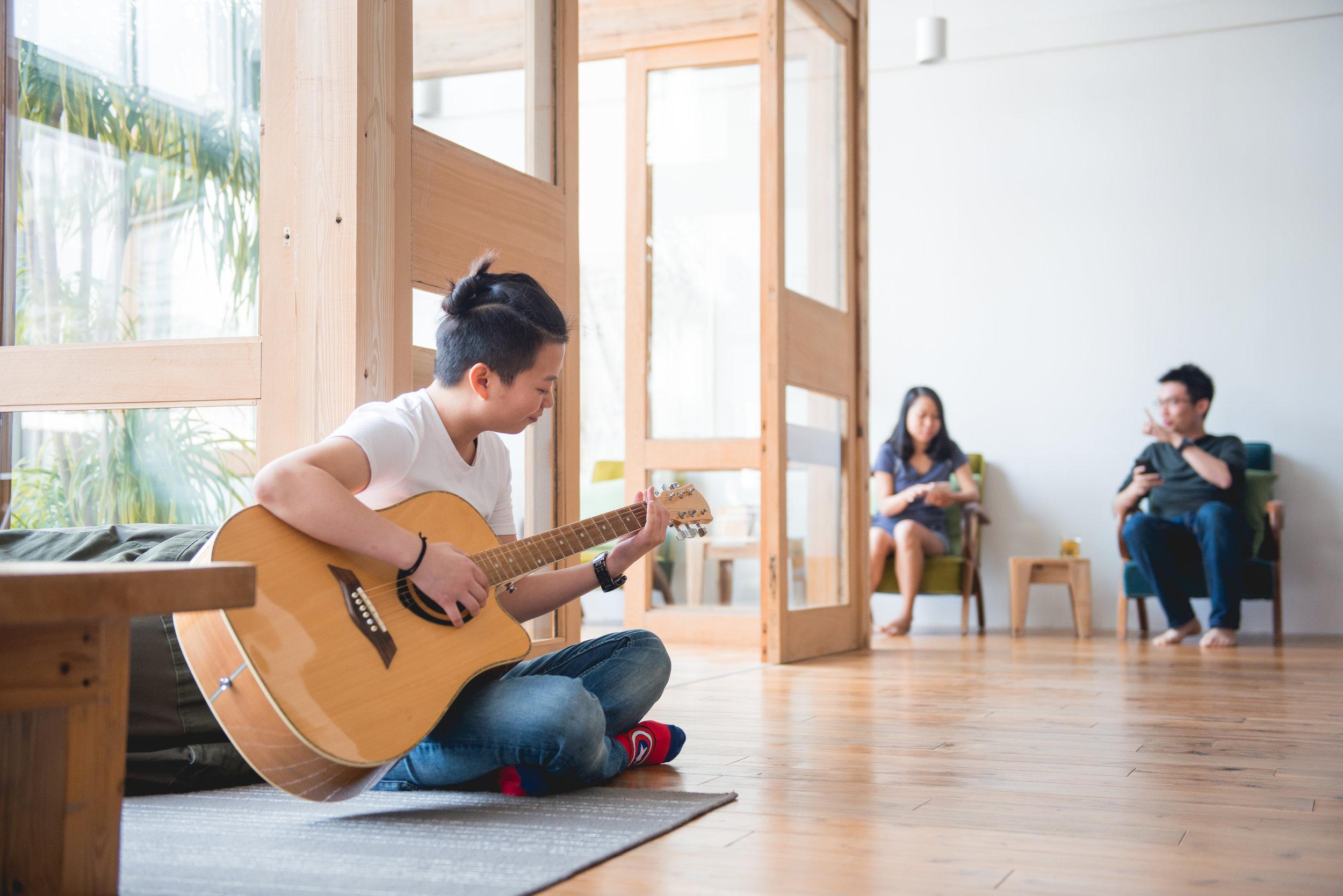 在舒適寬敞的交誼廳裡,音樂永遠是認識朋友最好的方法。