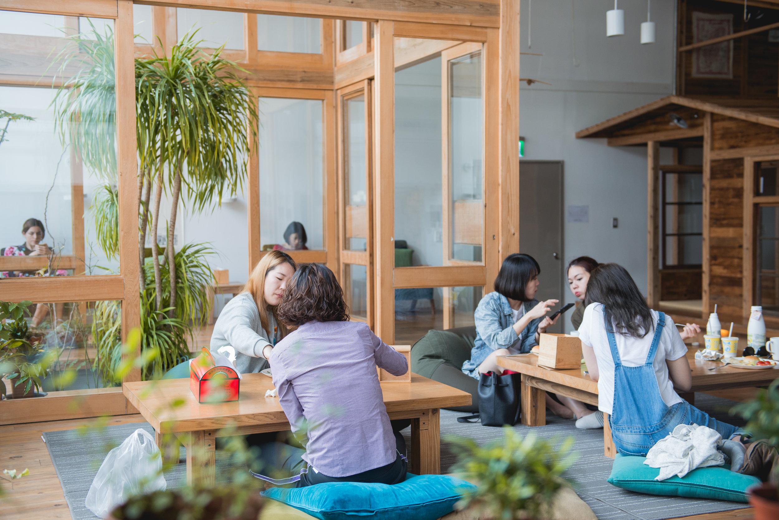 Green Lounge. - 交流したり、くつろいだり。それぞれの時間を楽しんでください。