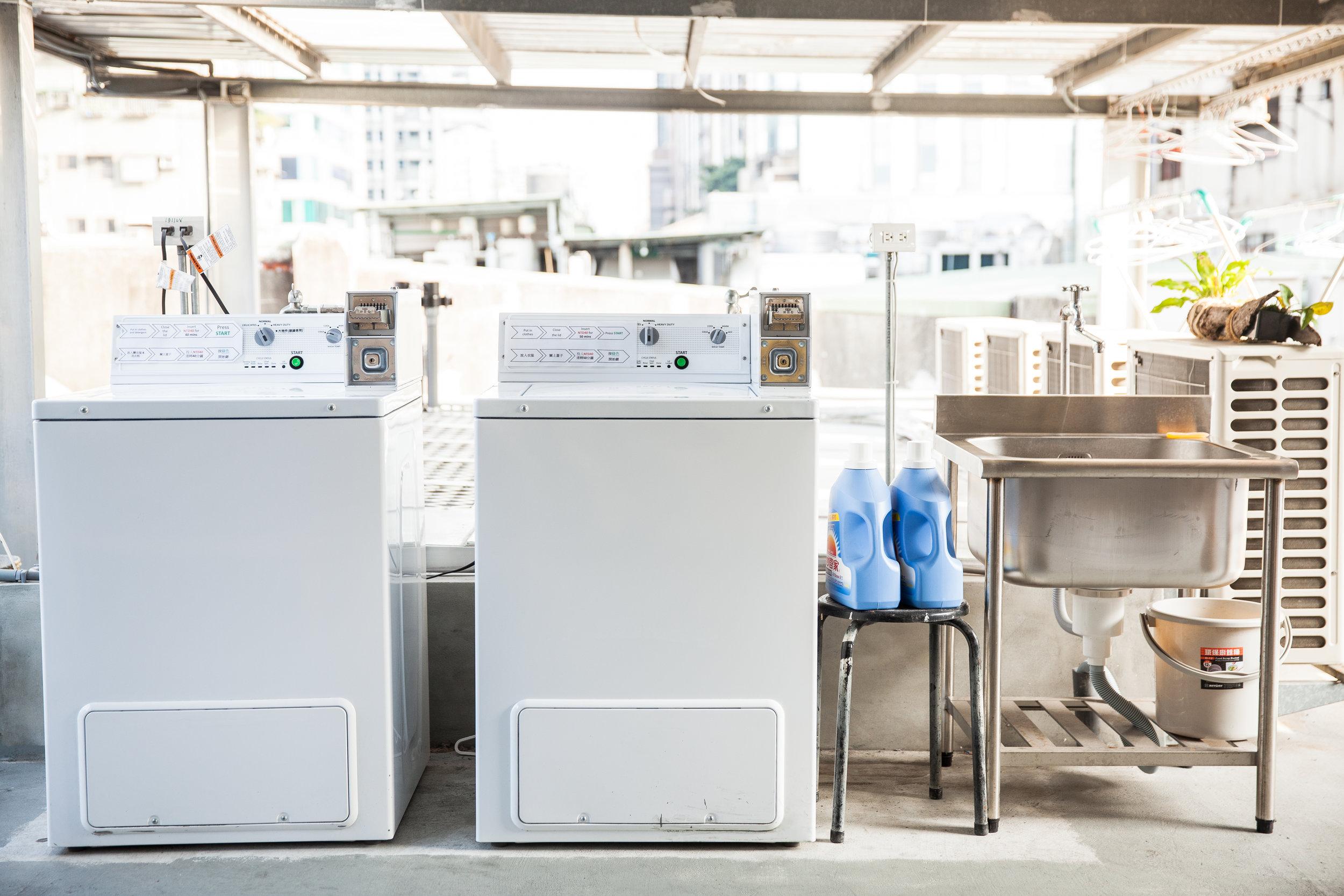 24小時開放的自助投幣式洗烘衣空間。