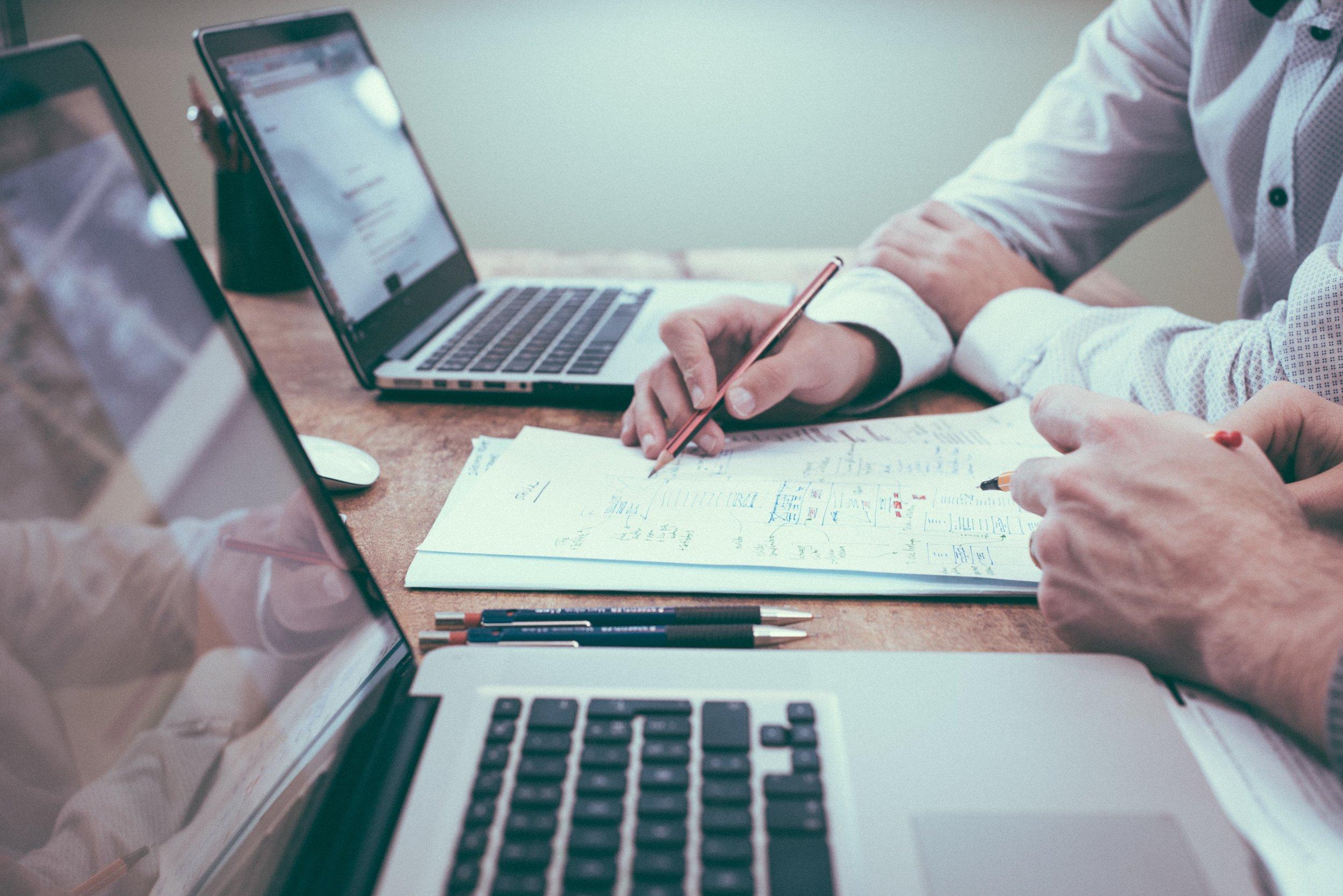 Ökad digital kapacitet i organisationen - Digital mognad beskriver hur långt ett företag kommit i sin digitala transformation. Den digitala mognad är nära sammanflätad med förmågan att att skapa långsiktig lönsamhet i konkurrensutsatta marknader. Vi mäter organisationens nuläge, Digitalt mognats index och använder en arbetsmetodik som hjälper företaget att förbereda den digitala transformationen. Vi guidar genom mognadssteg och svarar på frågorna varför och var, hur skall det gå till och vad gör vi för att sprida och skala upp de nya sätten att arbeta.