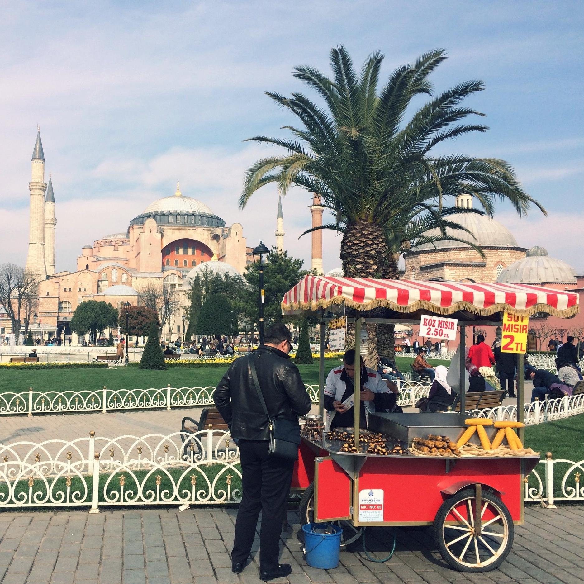 Bosphorus Bridge. Website Goed voor drankjes in de middag, een informele date en het beste om te dansen!