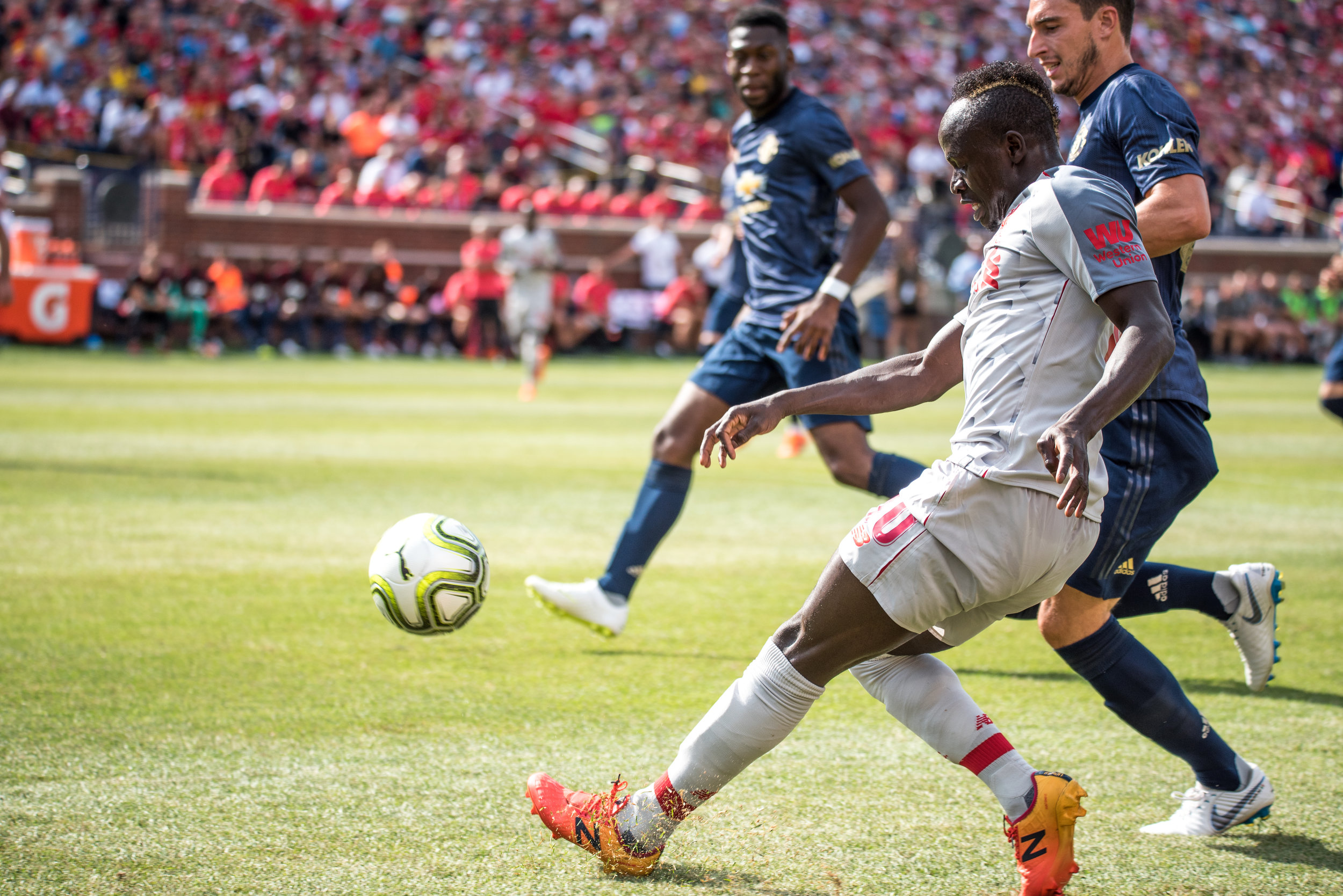 Liverpool's Sadio Mané (10) glides past Matteo Darmian  in the Manchester United Box - Photo: Elizabeth Wenner