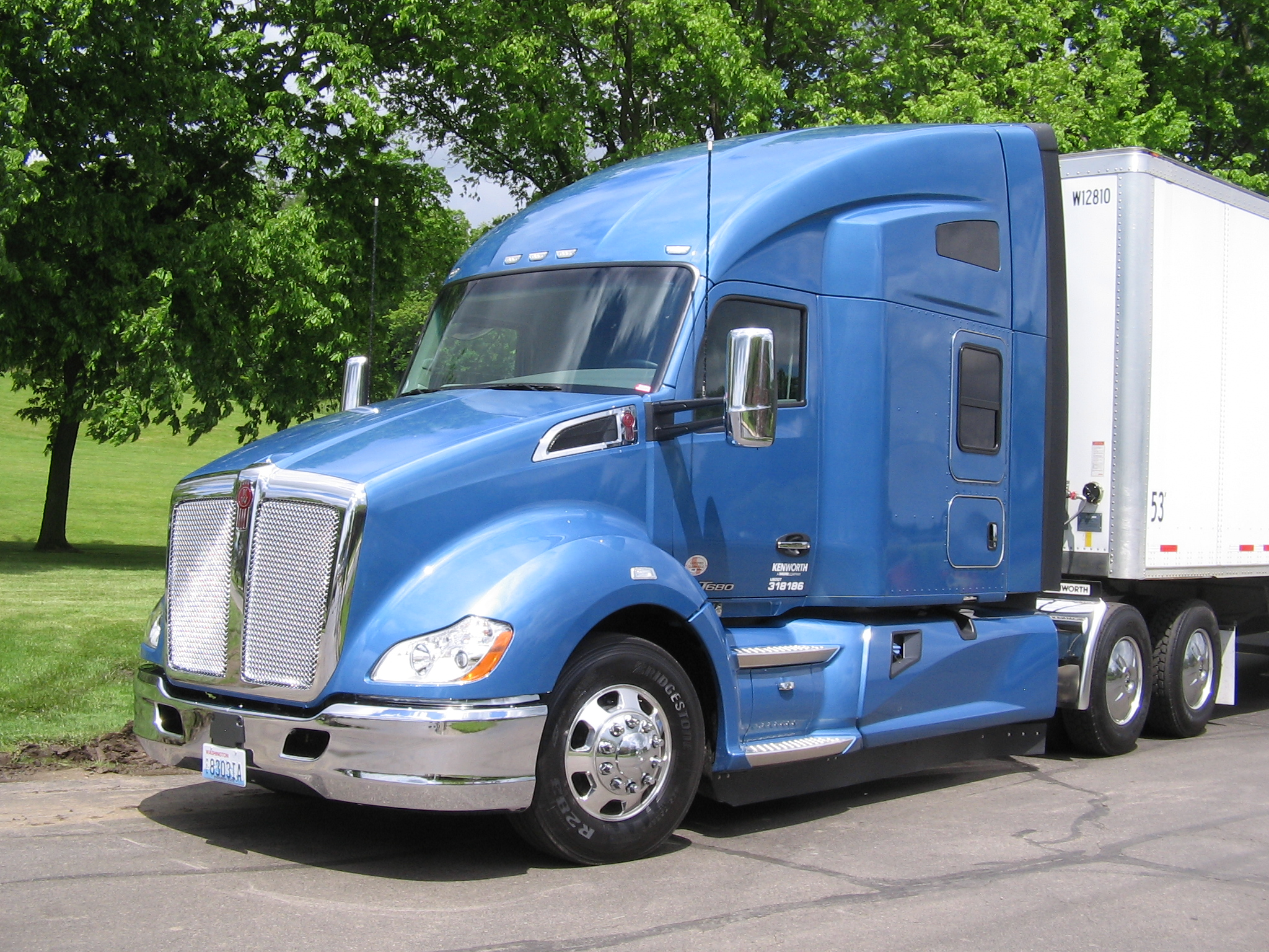 T680 Advantage w 76-in Sleeper2.jpg