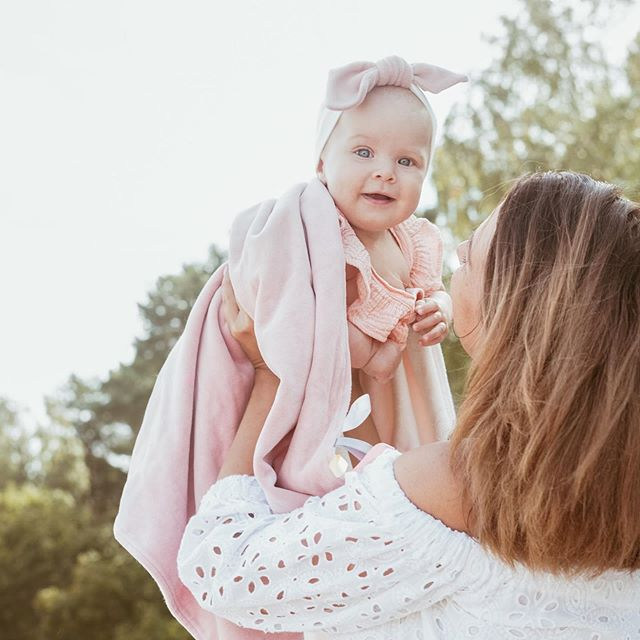 Hooray to last Monday of summer🧚🏻‍♀️ Little queen in our Zephyr organic cotton baby blanket and upcoming pink organic headband😍 📸 @twinsisters_pro