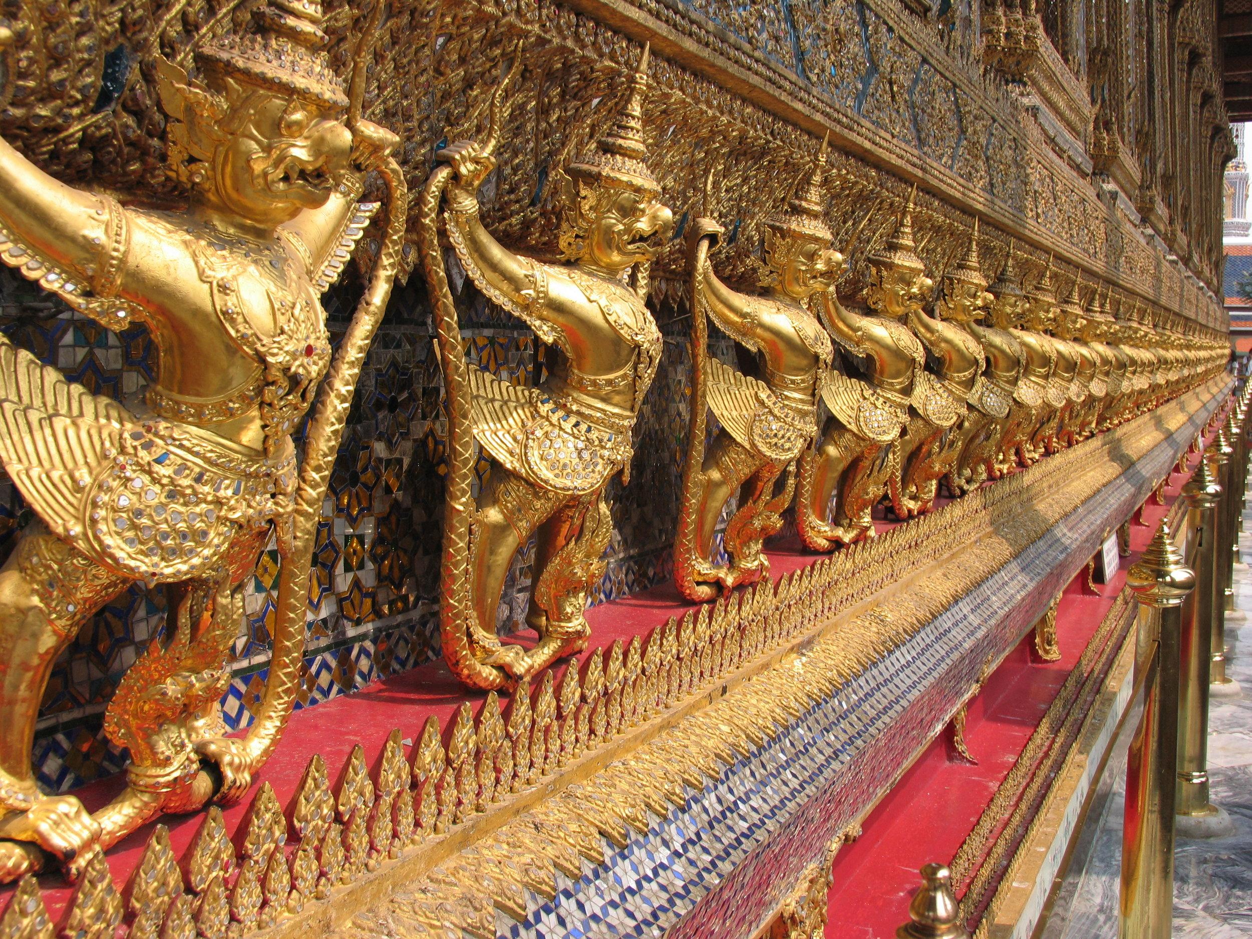 Phra Kheo garudas