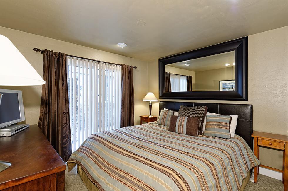 Crestwood Condominiums 1 Bed Deluxe 04.jpg