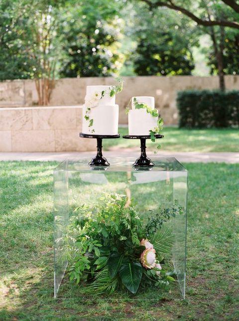 acrylic-box-for-displaying-wedding-cakes.jpg