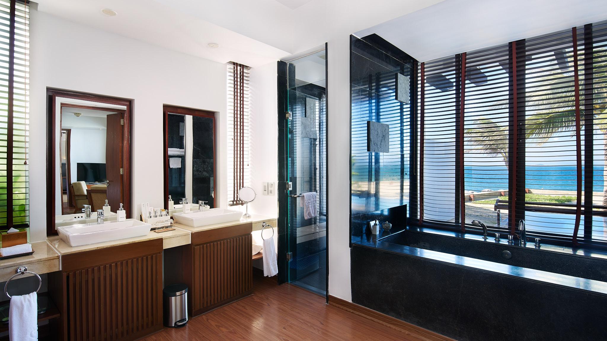 0117_Sunrise Hoi An_Black Bathroom 02.jpg