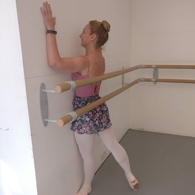 Our dancer Marilyn working on her posture and alignment in tendu derrière. Beautiful!  Exercise devised by @krapfnatalie . This is not an exercise we're going to forget soon!  And we all had to do it, not just Marilyn. We found it extraordinary that she fitted in between the wall and the barre and a picture must be taken!  #AspireBallet2019 #adultballetintensive #AdultBallet #ballettechnique