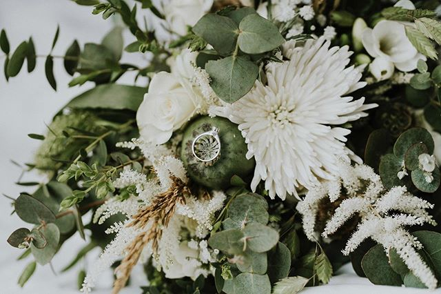 Love these green and natural tones. Florals really does make the wedding spring to life and is one of my favorite parts to photograph. 🌷