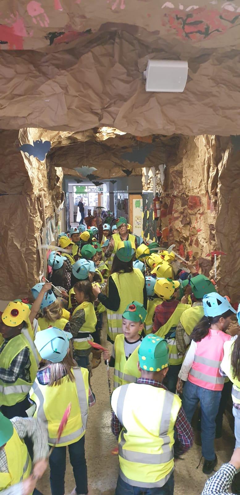 """Decoración del pasillo con motivo del proyecto """"Viaje al centro de la tierra"""", con ayuda de las familias"""