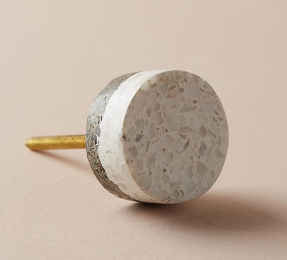 Knob inspired by the terazzo finish