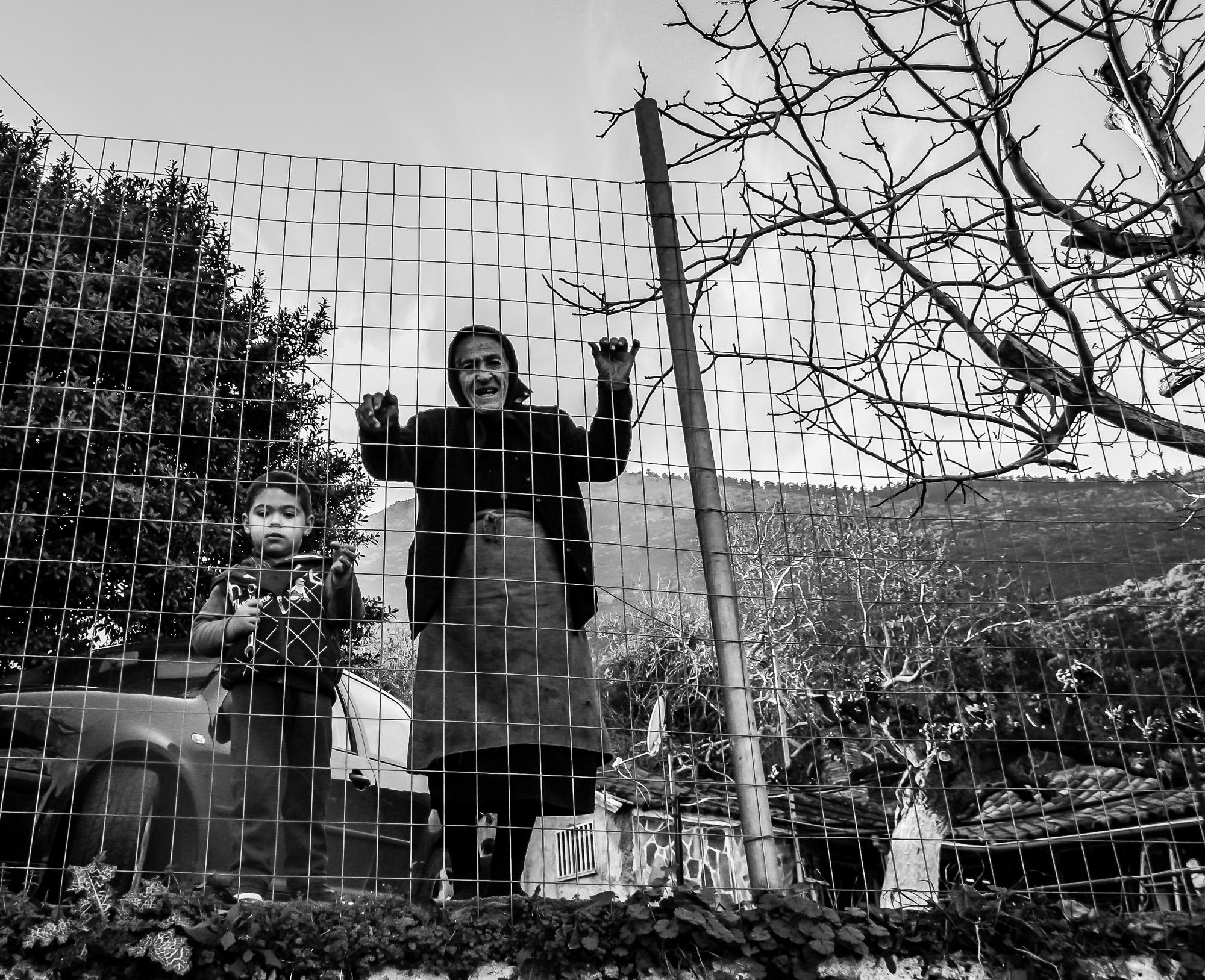 Πώς αποτυπώνεται στα ανθρώπινα πρόσωπα της ελληνικής επαρχίας η ωριμότητα, το μαρτύριο της μοναξιάς, η οικειότητα, η δύναμη της ελπίδας και, εντέλει, η αγάπη; Πώς γίνεται τα ίδια σκληρά πρόσωπα ν' αποπνέουν τόση ευαισθησία;