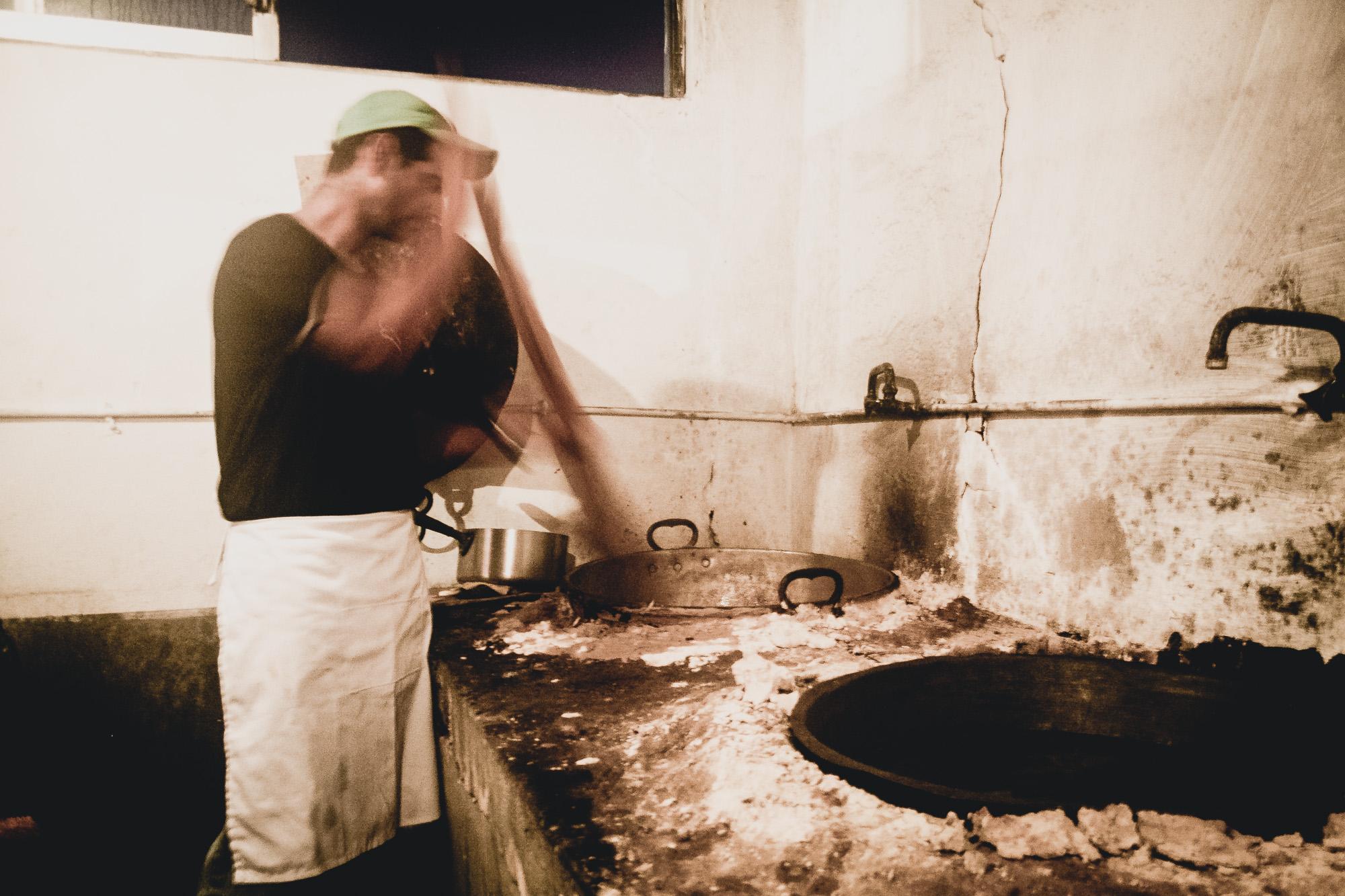 Τι να φας - Η κασιώτικη κουζίνα είναι ένα μοναδικό αποτέλεσμα μιας σύνθεσης επιρροών από την Ανατολή και τη Δύση, παρουσιάζοντας μια μεγάλη ποικιλία φαγητών που ξεπερνά κατά πολύ το μέγεθος του μικρού και άγονου αυτού βράχου...