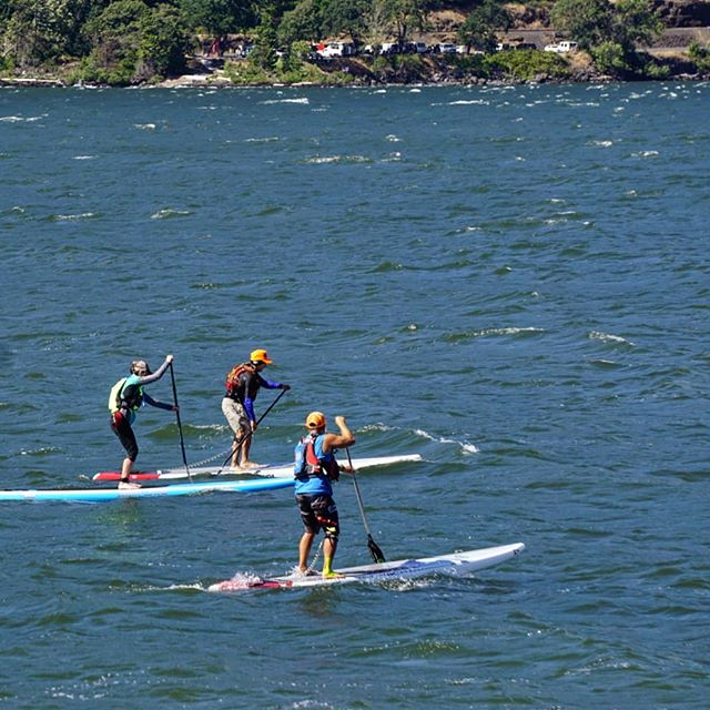 Vancouver B.C. meets Connecticut in Hood River to share glides. Thanks to my awesome kiddo Coli for capturing this shot of me working with customers. . 📷@brighter_future_creative . Lots of wind and amazing events happening this weekend 😃🌊💨 . . . . . . . . #boundbywater #gobecauseyoucan #clinic #tour #guide #stokeonthewater  #fueledbystoke #optoutside  #outdoors #getoutandplay #downwinder #sup #downwind #standuppaddle #hoodriver #sicmaui #standuppaddling #downwindhoodriver #standuppaddleboarding #paddleboard #pnw #oregon #inspirehighfives #hoodgorge #columbiagorge  #columbiarivergorge #sicsuplife #poweredbylasersquirrel #inspireawesomeexperiences