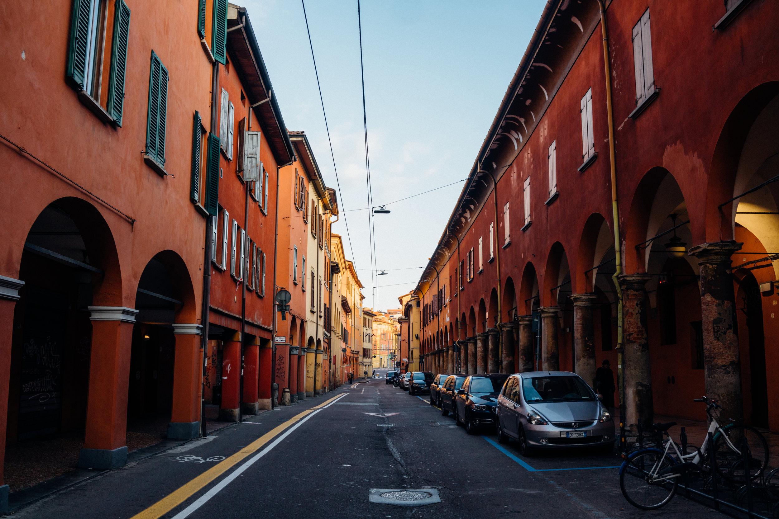 Via San Vitale vicino incrocio di Via Broccaindosso