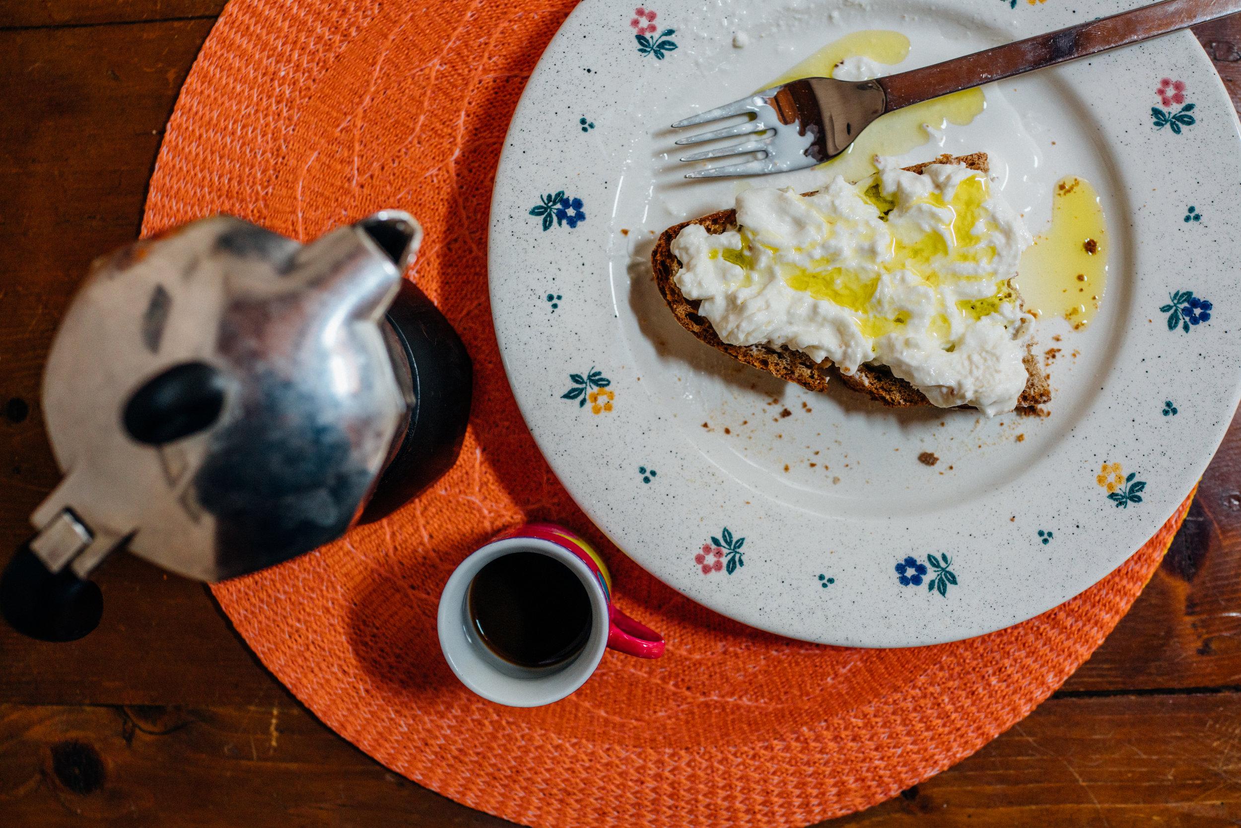 Pane con stracciatella condita con olio d'oliva e caffè per colazione, alla casa