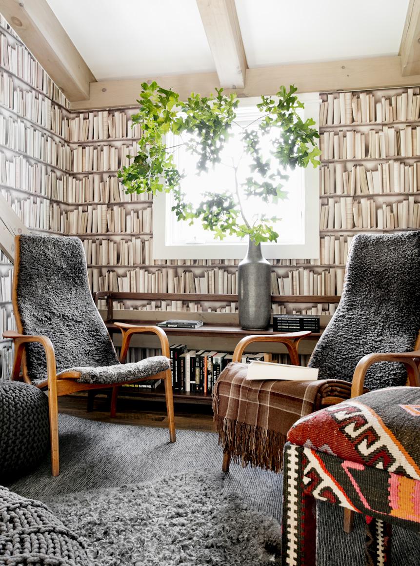hamptons-beach-house-reading-nook-book-wallpaper-interior-photography.jpg