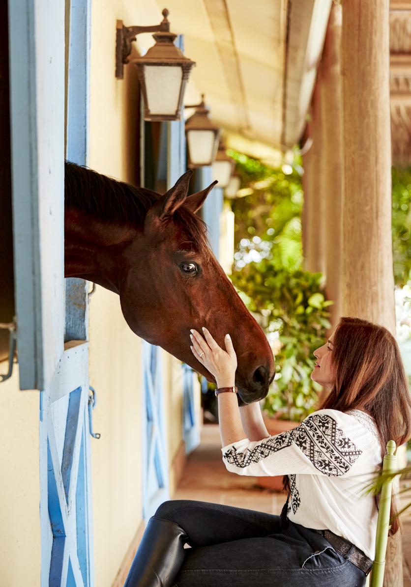 woman-horse-farm-barn-lifestyle-photography.jpg