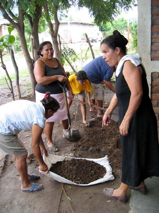 Nicaragua stove making project 2.jpg