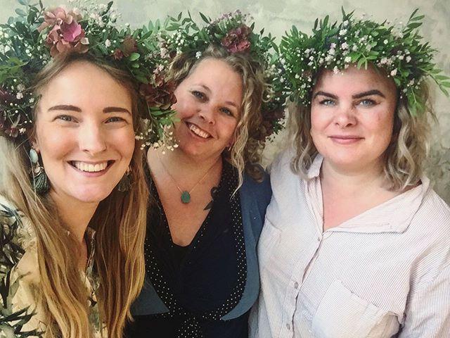 WAUW!  Sikke en fantastisk dag som @damernes_eventyrklub  havde stablet på benene med deres eventyrfestival 🙌🏻🎉🌸👯♀️✨💗 Man kunne nå at opleve ca. halvdelen af alle de fantastiske workshops der var på programmet, og det var næsten umuligt at vælge! Jeg nåede forbi; @sussannewexoe som guidede os med en indsigtsfuld meditativ coachingsession 🧘🏼♀️ @louioui som lærte os at binde disse absurd smukke blomsterkranse 💐 @millespeak som fortalte vilde historier om sit liv som digital nomade 🏞 @the_pleasure_temple som inspirerede med dyb og holistisk tantra 💗 . Sikke en vild følelse at være sammen med over 100 seje kvinder, som nu er endnu mere klar til at indtage verden og sprede glimmer med deres visdom og power efter eventyrfestivallen ✨ Jeg er fandme stolt over at kende bare en brøkdel af jer som var med idag 😍 Og så er jeg taknemmelig for alle jer nye bekendtskaber, som jeg mødte idag, og som jeg glæder mig til at lære bedre at kende - vi er nemlig #kvinderiallianceikkekonkurrence 👯♀️👯♀️👯♀️👯♀️👯♀️ . Tusind tak til @damernes_eventyrklub for at skabe dette vilde hverdagseventyr 🎉