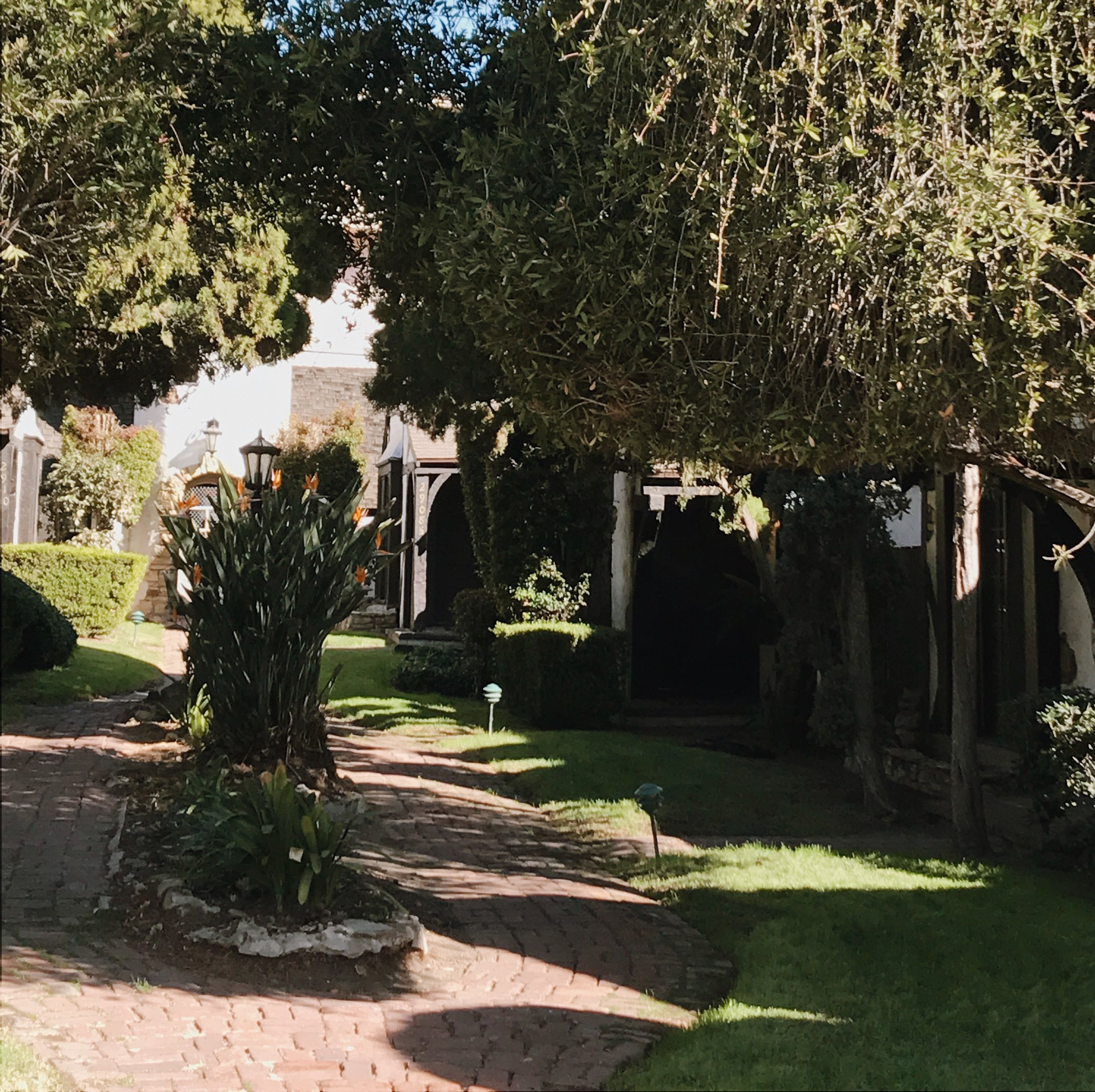 Courtyard of the Snow White Cottages  Photo via  Finding Lost Angeles  (2018)