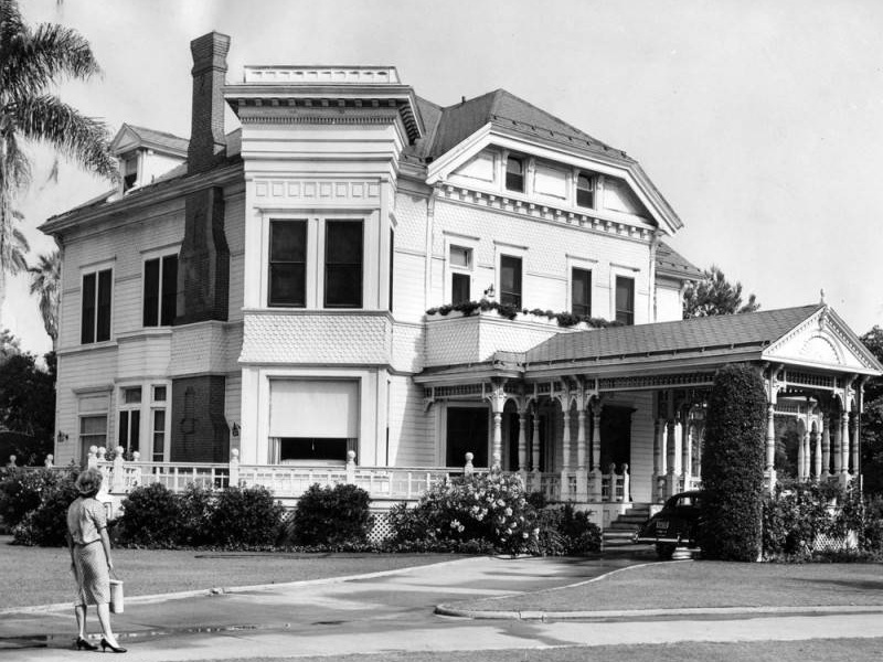 Exterior of the home at 21 Chester Place. Photo via LA Public Library, Herald Examiner Collection (1960)