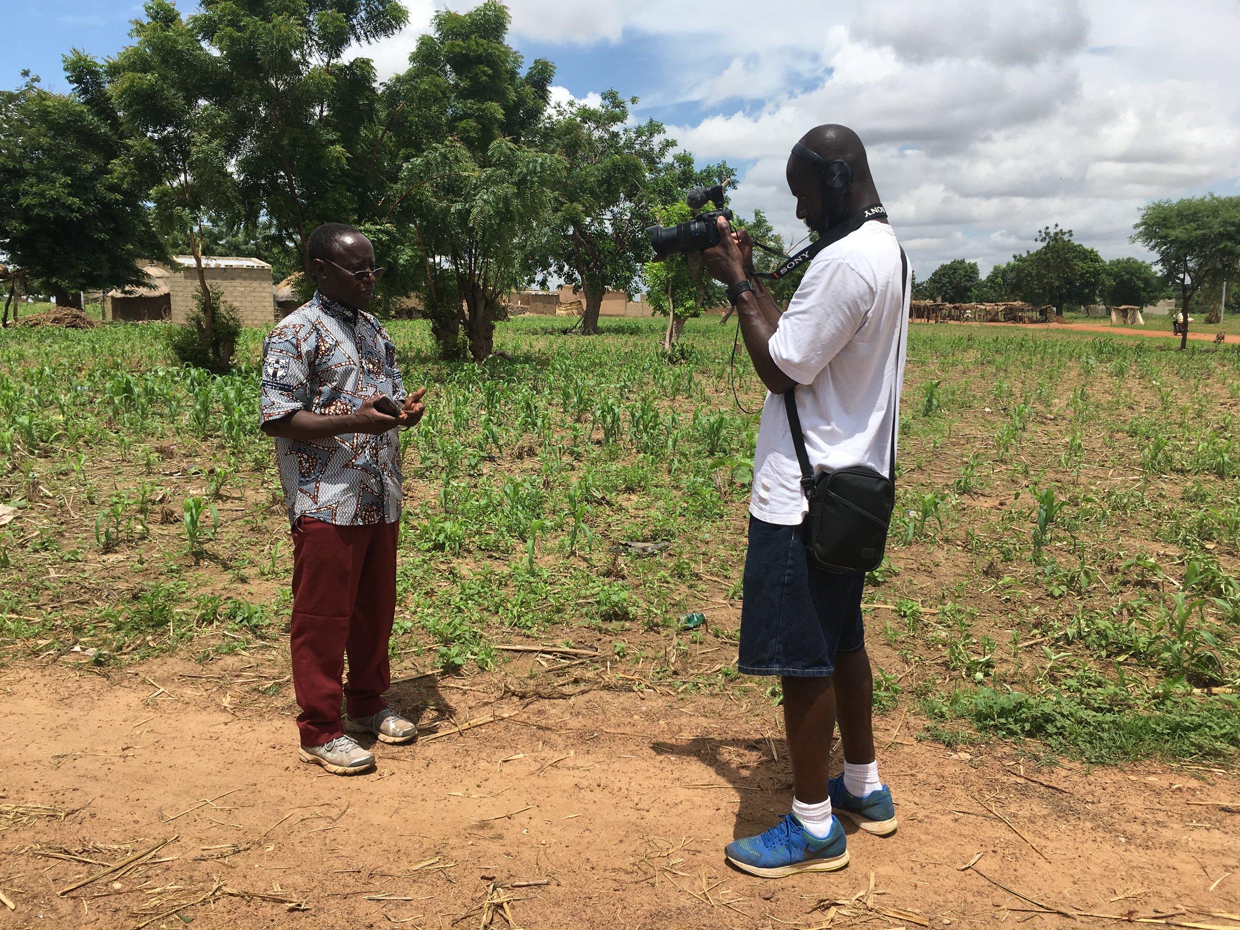 Bonny en train d'interviewer Boureima Kabre au Burkina Faso pour le film  On The Line.