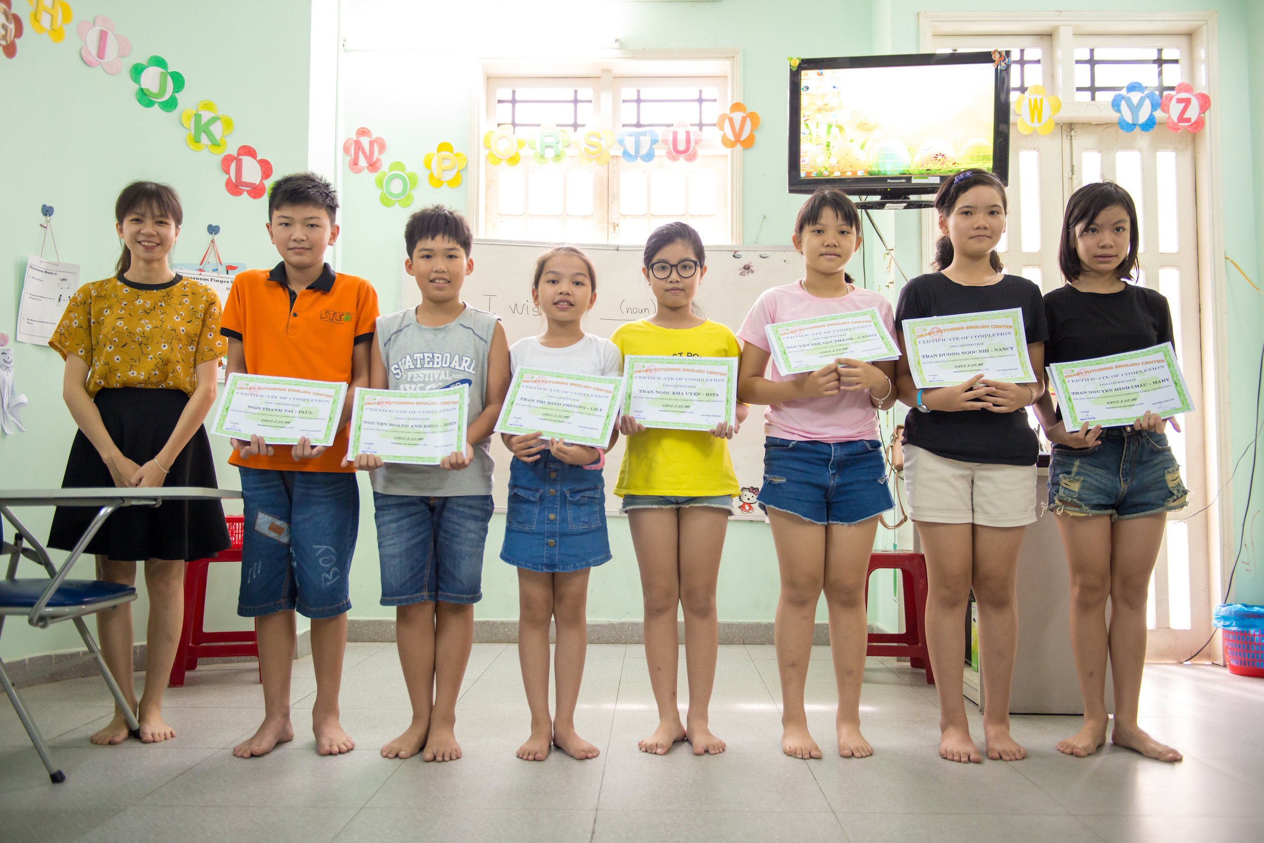 Các em học sinh nhận bằng khen ghi nhận những nỗ lực của các em trong việc học tập tại STEC