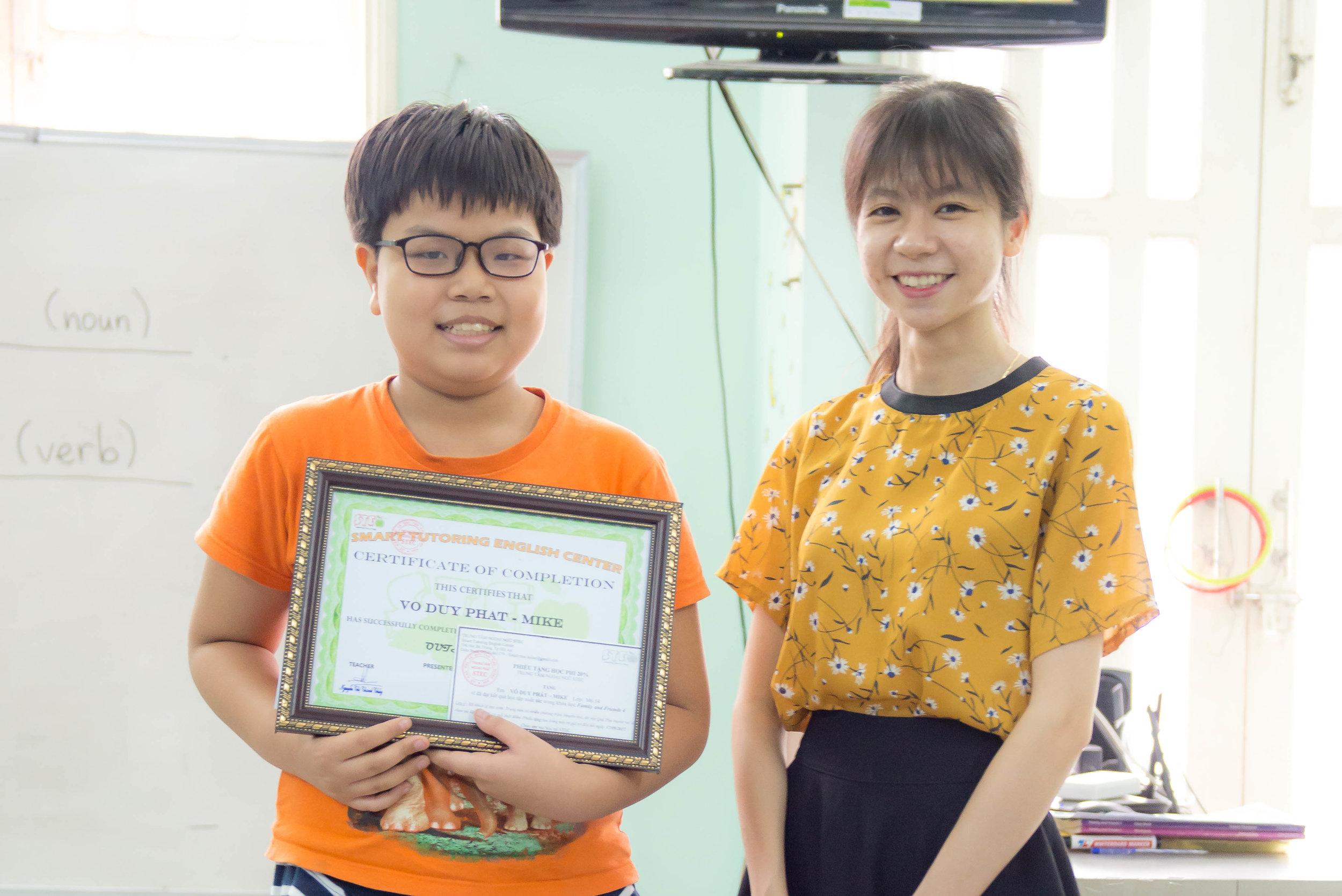 Trao học bổng cho học sinh đạt danh hiệu xuất sắc toàn khóa học.