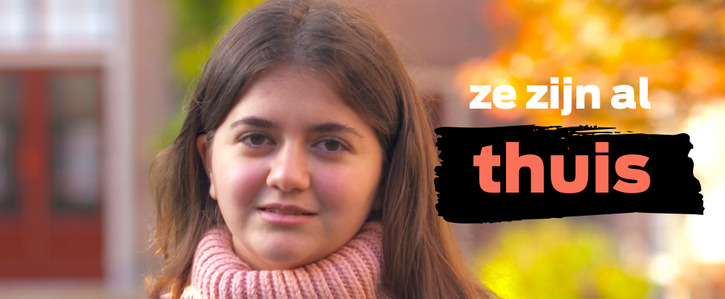 A photo of a young girl, looking directly at the camera. Orange overlay text in Dutch translates to they are already home.