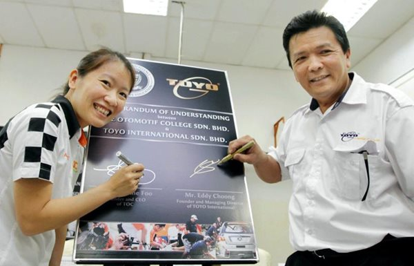 From Left: Foo and Toyo Lubrication managing director and founder Eddy Choong during the signing ceremony  Image from:  Star carsifu