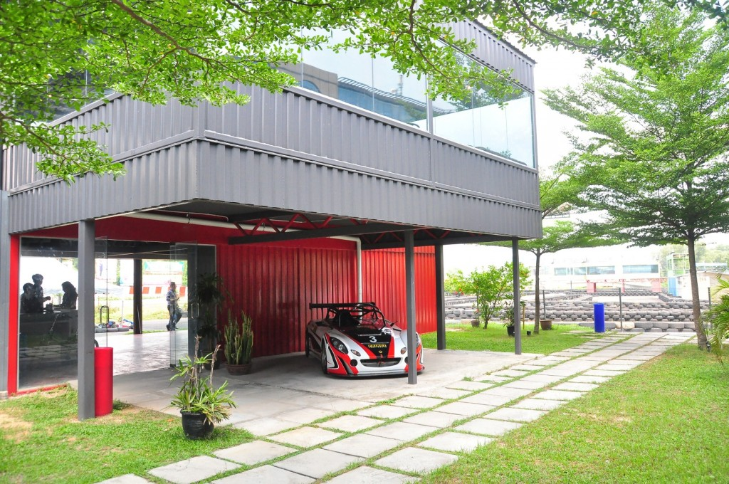 Entrance to the Go-Kart area with the cafe located upstairs.  Image source:  CARSIFU
