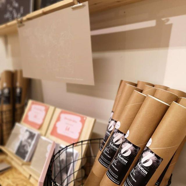Iloinen Design Outlet Jyväskylässä aukeaa tänään 😍🎉 Löydät outletista myös Bloomin tuotteita, osa viimeisiä kappaleita. Käy poimimassa kaunista ja kestävää kotiisi! Iloinen Design Outlet starts today! Go and find some beauties to your home 😍 #iloinendesignoutlet #designkaverit #jyväskylä #designoutlet #designfromfinland #supportyourlocal #artprints #cards #letsspeakinflowers #bloombyarmihelena