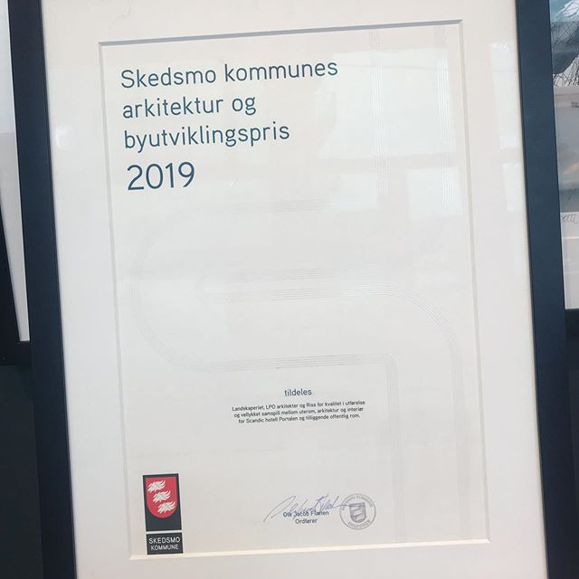 We are thrilled to have been awarded The Skedsmo muncipality's architecture and urban development award🎉🍾🌟 for @scandiclillestrom together with @lpoarkitekter and @landskaperiet .what an accreditation for this exiting project🌟 @scandicnorge #rissinteriorarchitects #rissdesign #prouddesigners #interiorarchitects #hospitalitydesign #interiørarkitektur #tverrfagligsamarbeid #mnil #horeca #lillestrømskonferansen #hoteldesign #interiørarkitekt #interiorarchitect #architecureaward #lillestrømsyd