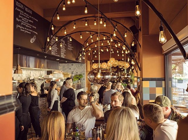 Good vibes at Mercado social eating house, one of our latest projects in the norwegian sunshine capital city- Kristiansand🌞. Prime Tapas , Meze and more 🍻🥂🍹 to be had under the lit beams in Markens gate. Photo: mercado Kristiansand. Design: Riss Interior Architects 2019. #hospitalitydesign #horeca #horecadesign #restaurantdesign #restaurant #newrestaurant #krsby #matoguteliv #rissdesign #interiordesign #interiørdesign #interiørarkitekt #mnil #foodie #designdetails #tapasbar #meze #mercadotapas #mercado #goodvibes